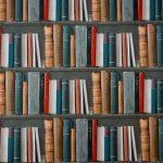 Una libreria piena di libri